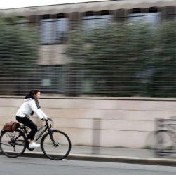 Femme en vélo