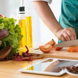 Femme qui coupe des tomates